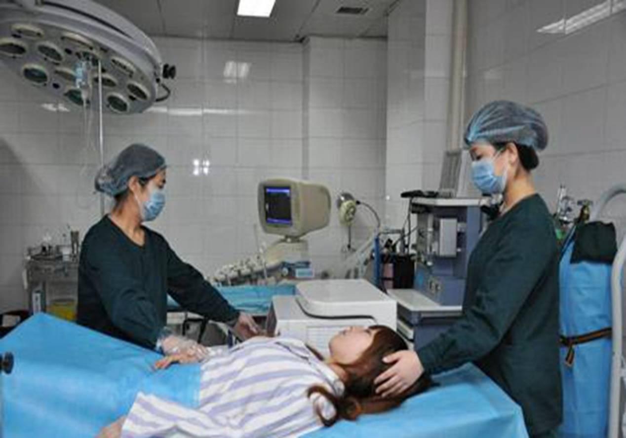 产妇是侧切与撕裂,与产妇自身这一情况有关,医生也是这么判断