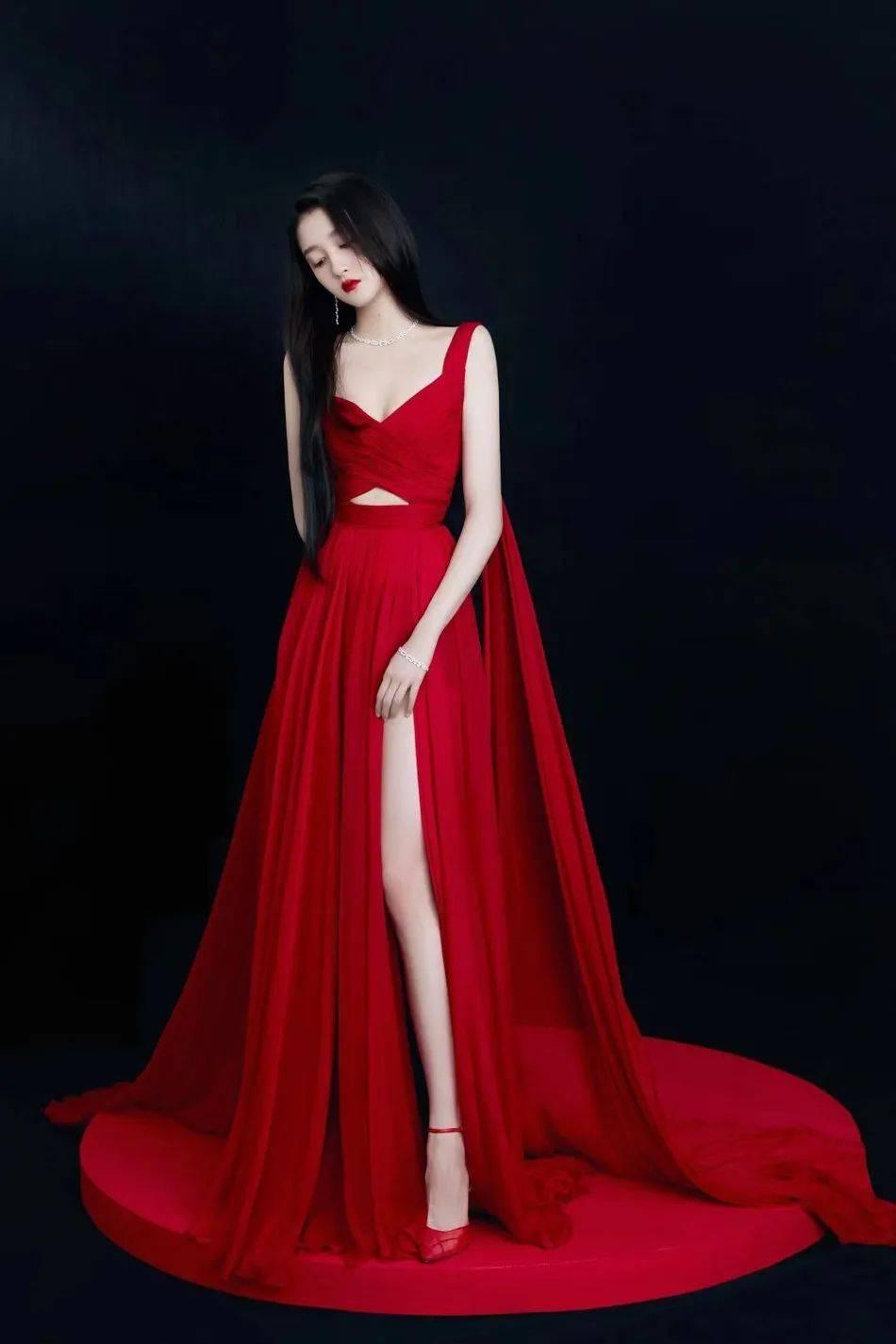 关晓彤红黑两套深V长裙的美艳写真!肤白貌美太性感迷人