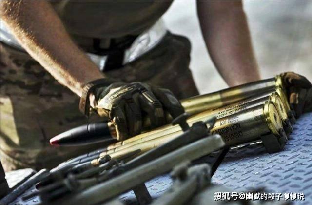 采用点射或者三连发的射击方式,不会采用全自动一股脑将子弹全部倾泻