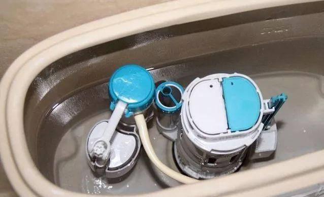 一般可能是马桶盖子在盖上去之后抵到了进水阀,倘若真的是这个原因图片
