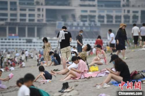 长江裸露河床成重庆市民休闲纳凉地