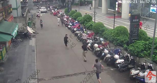 为群众追回25个失窃电瓶,柳州这名民警摸黑冲刺连摔四跤,他说:值得!