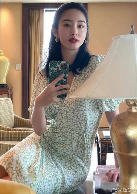 美人计|穿高圆圆的绿色碎花裙,你得这样化妆才行