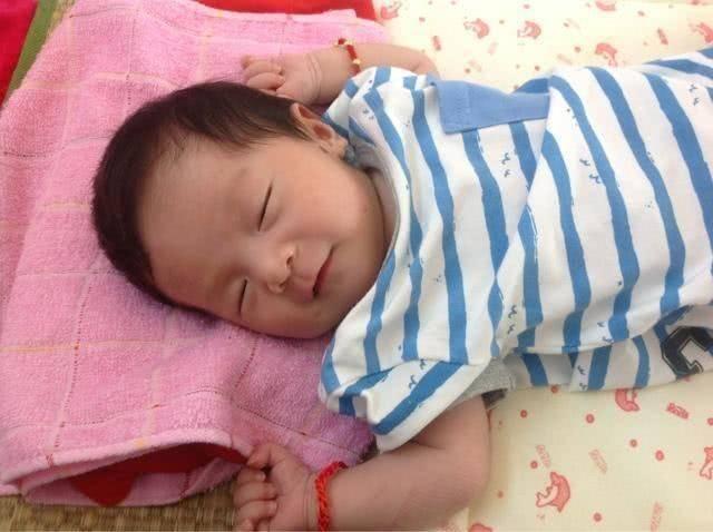 宝宝睡觉时现这几个信号,暗示要开始用枕头,及时满足对娃脊柱好
