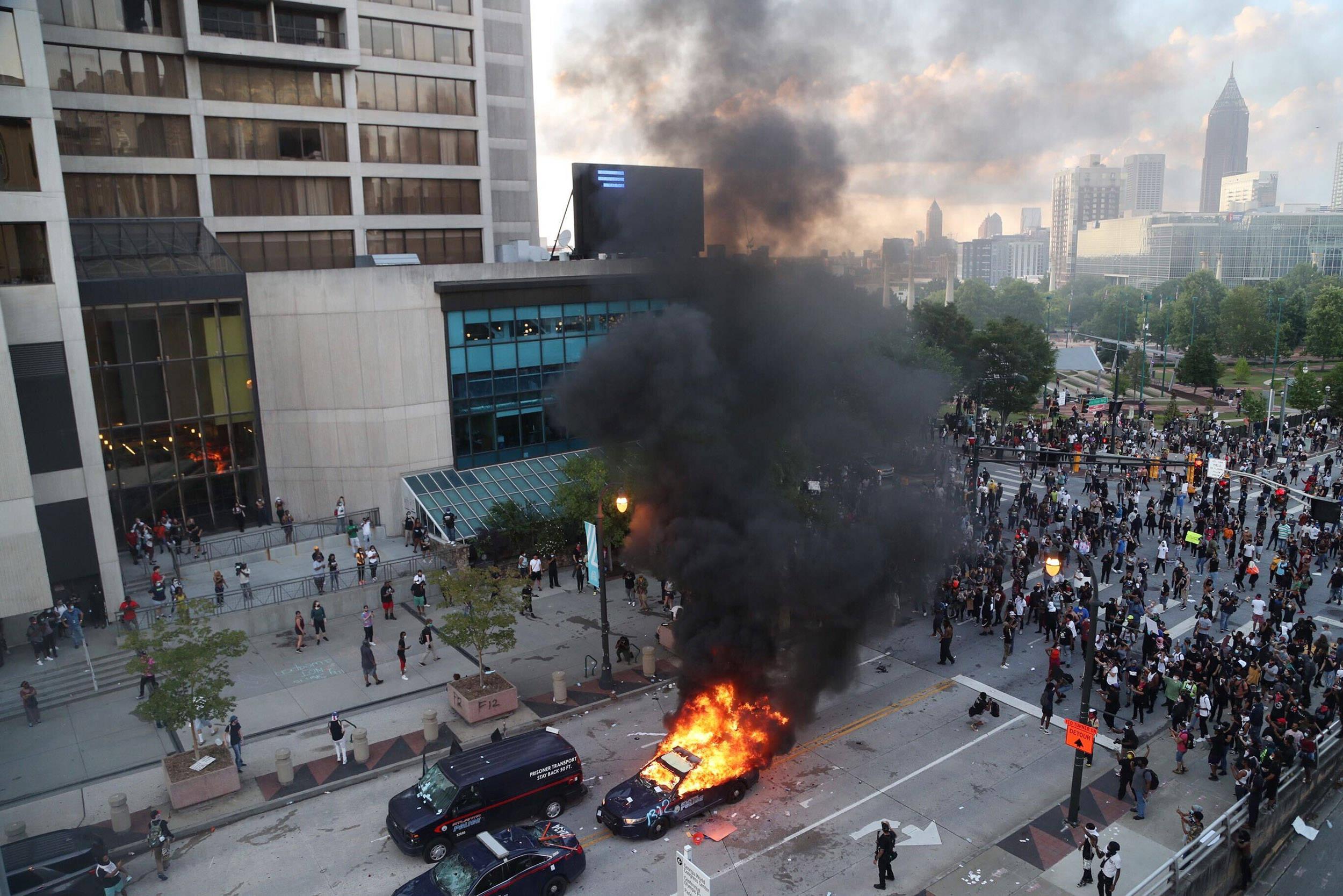 百万牛拼三张房卡怎么买:抗议愈演愈烈!美国示威者砸CNN大楼焚烧国旗 警方出动装甲车