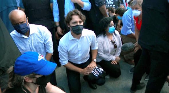 #抗议#加拿大总理当众下跪!究竟是为何?