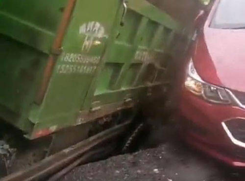 安徽合肥一路口发生地面塌陷,两