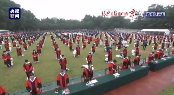 武汉大学举行毕业典礼 为新冠肺炎牺牲烈士和逝世同胞默哀