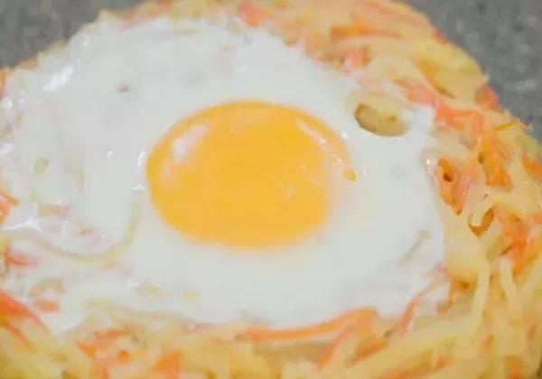 土豆丝和胡萝卜丝上打个鸡蛋一起煎,做出的小吃孩子最爱吃 增肌食谱 第8张