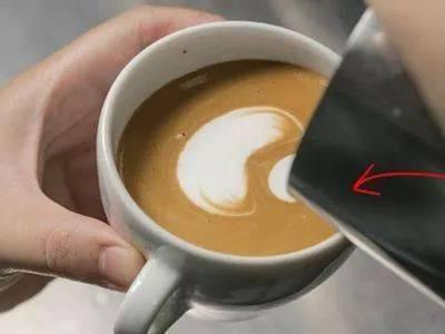 咖啡拉花的时机和原理 | 杯口宽窄、注入高低角度都有影响! 防坑必看 第9张