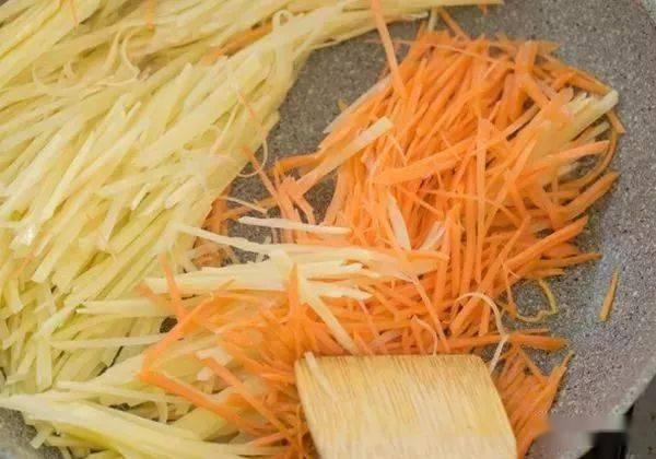 土豆丝和胡萝卜丝上打个鸡蛋一起煎,做出的小吃孩子最爱吃 增肌食谱 第3张