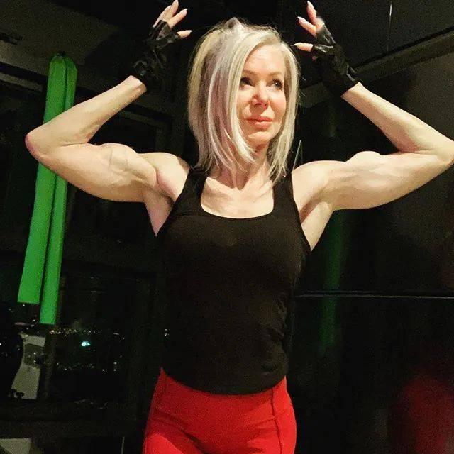 她48岁开始健身,64岁时身材如20岁少女,撸铁16年! 中级健身 第3张