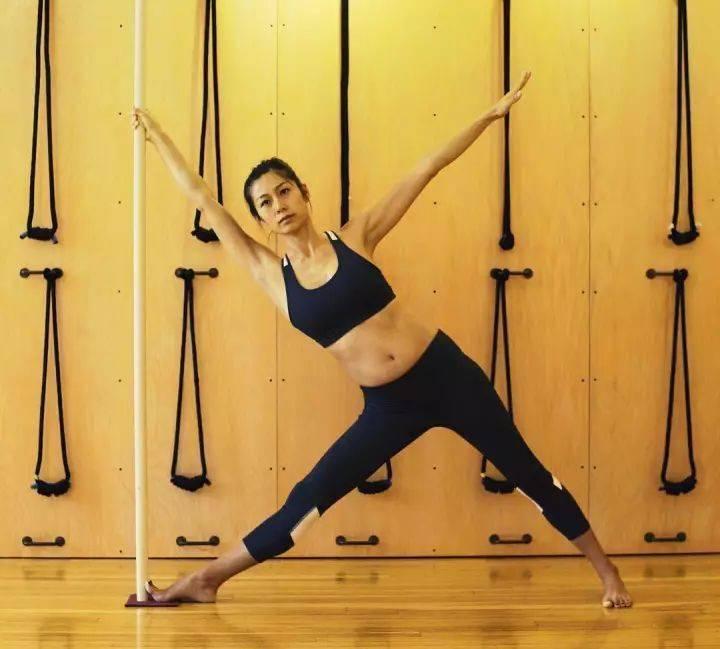 常练瑜伽,三角式的6种不同练习方法,一定要试试!_大腿 高级健身 第5张