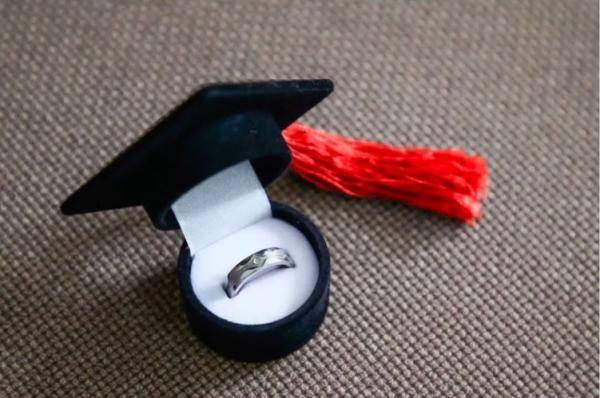 羡慕了!这所大学为毕业生发戒指,还镶嵌宝石…