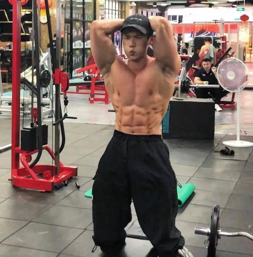 """自带公狗腰的肌肉男,""""小钢炮""""都是怎么练成的? 中级健身 第18张"""