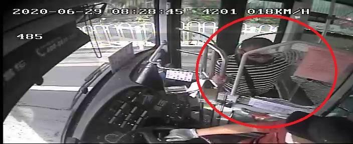 恒耀注册广州男子因公交不停站不听解释,打碎车玻璃致司机受伤,已被刑拘