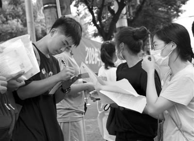 """上海为中考筑牢防疫""""安全墙"""""""