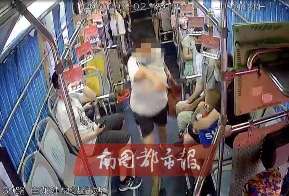 海口一女子公交车上大声喧哗,司机劝说却被打!监控视频显示……