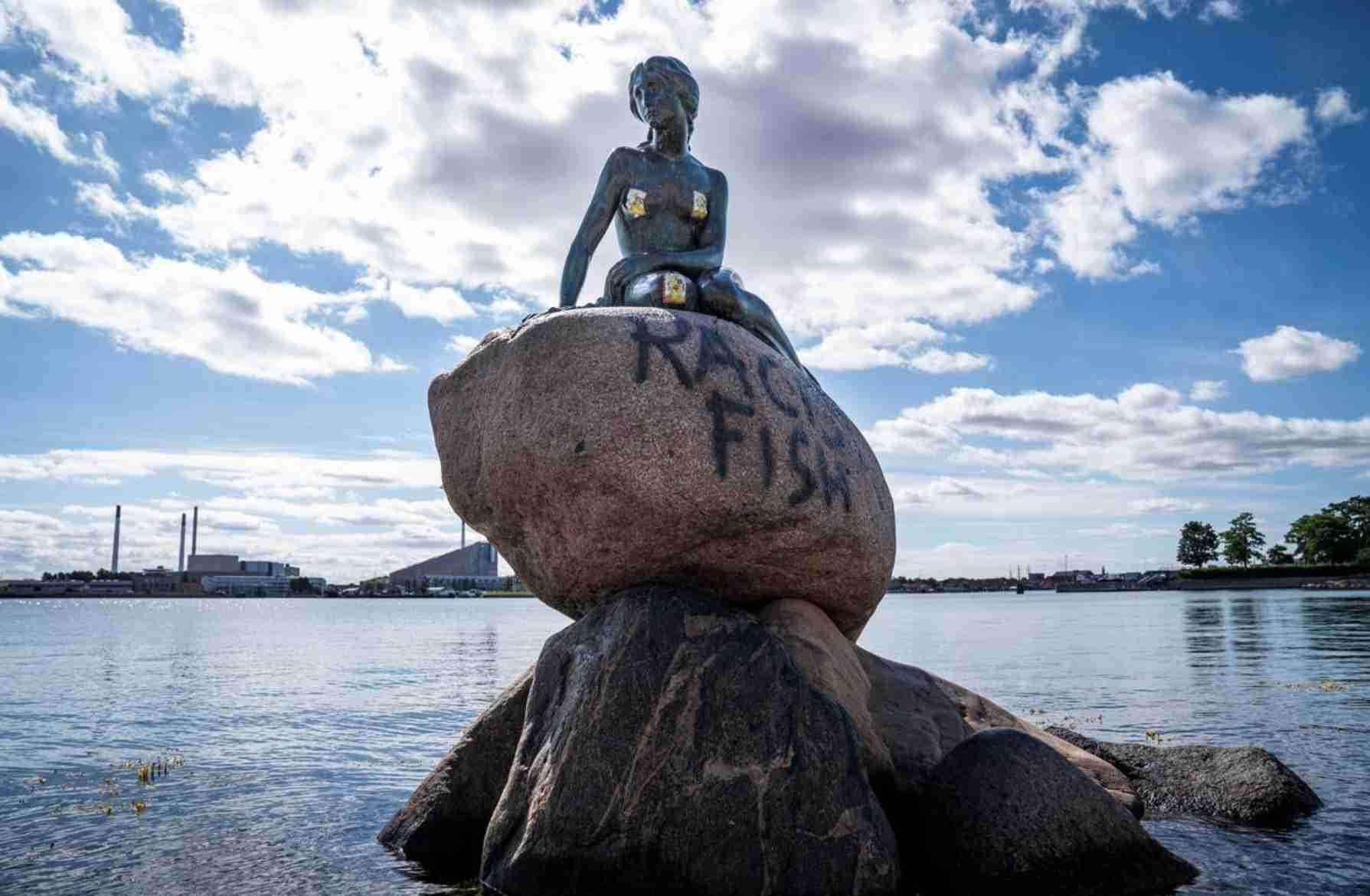 """丹麦国宝小美人鱼雕像被喷上""""种族主义鱼""""涂鸦,警方:正查"""