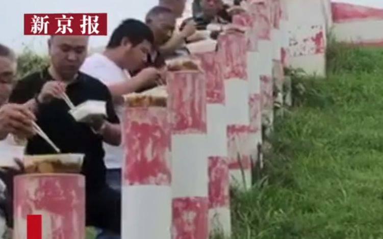 """湖南华容防汛人员一人一柱吃盒饭,被称""""最整"""