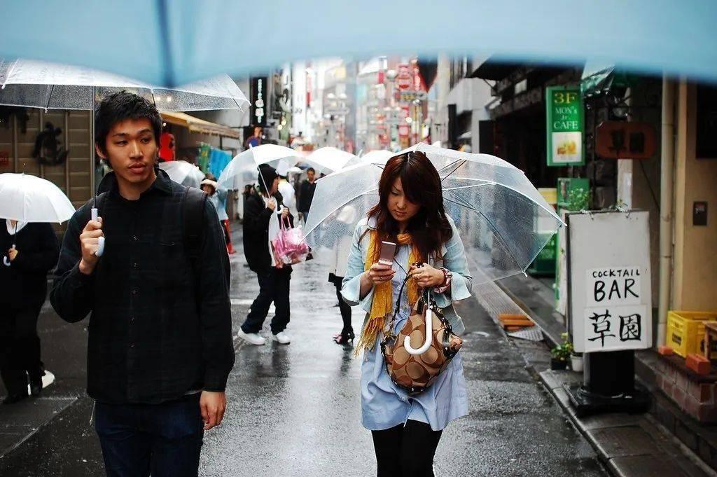 透明雨伞女生