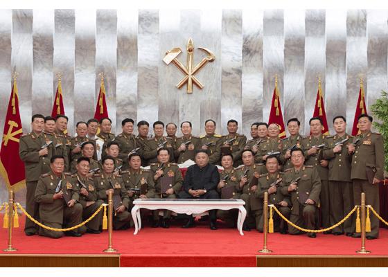 """金正恩授予朝鲜人民军高级指挥人员""""白头山""""纪念手枪"""