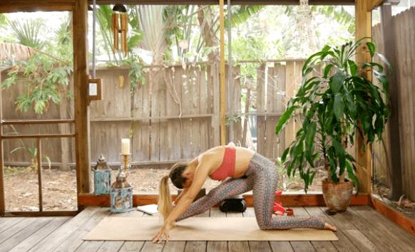 初练瑜伽,大腿后侧紧,怎么办?10个动作帮你深度拉伸大腿后侧!_脊柱