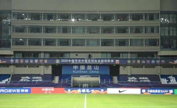 """中超观赛""""球景房""""惹争议:酒店封窗,比赛中房间不开灯"""