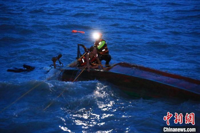 三亚湾近海小船倾翻 夫妻落水妻子仍在搜救中
