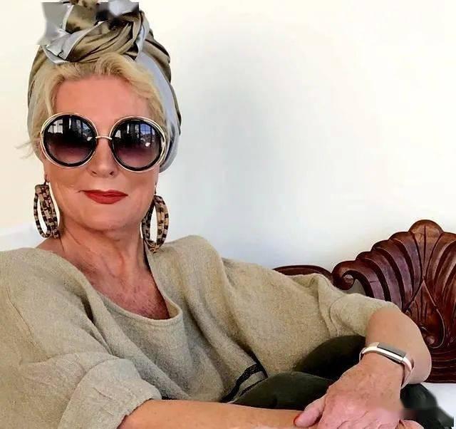 围巾绑头上是种什么时尚?60多岁老太太教这个居然有四十多万粉丝