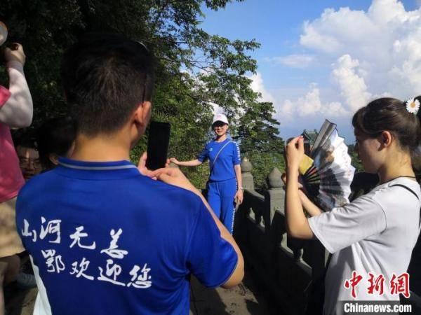 38名援鄂医疗队员畅游湖北武当山
