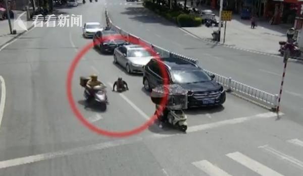 碰瓷?残疾人横穿马路被卷入车底 交警回应了
