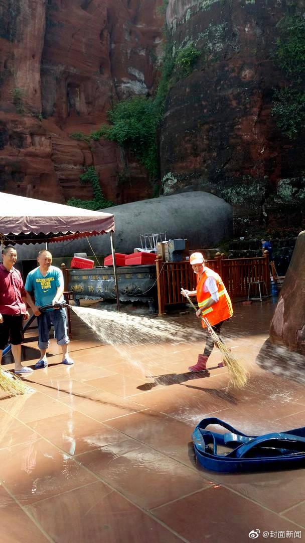 洪水退去 工作人员帮乐山大佛洗脚