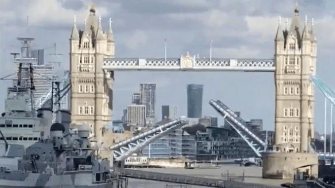 伦敦桥合拢时卡在半空,泰晤士河两岸交通堵塞至少1小时