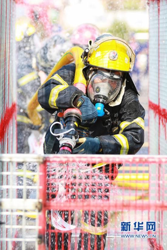 泉州消防大比武 展示救人的n种技能