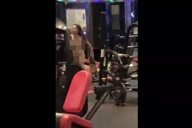 女子裸体大闹健身房、殴打谩骂教练,网友:辣眼睛...