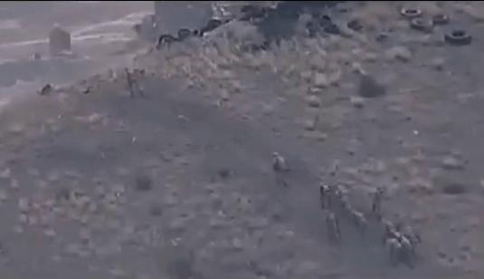 战争残酷:阿塞拜疆士兵逃跑时中枪倒地,在地上挣扎生死未卜