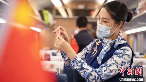 列车上的联欢会:旅客乘务员同庆国庆中秋节
