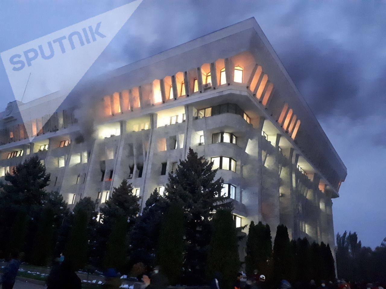 """政局突变!吉尔吉斯斯坦议会大选后爆发抗议,政府大楼""""白宫""""被占楼体起火,我使馆紧急发布提醒     第3张"""