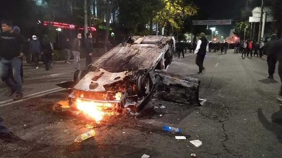 """政局突变!吉尔吉斯斯坦议会大选后爆发抗议,政府大楼""""白宫""""被占楼体起火,我使馆紧急发布提醒     第2张"""