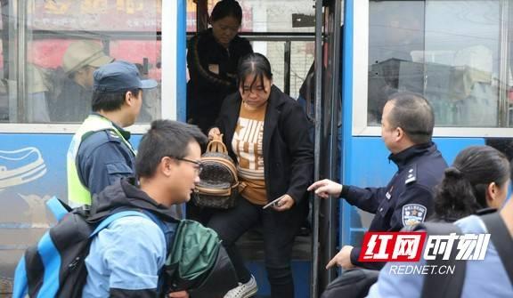 19人的火车上有32人 交警:重罚!
