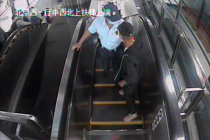 想跑?没门儿!男子在北京地铁9号线扒窃,被公交辅警当场抓获