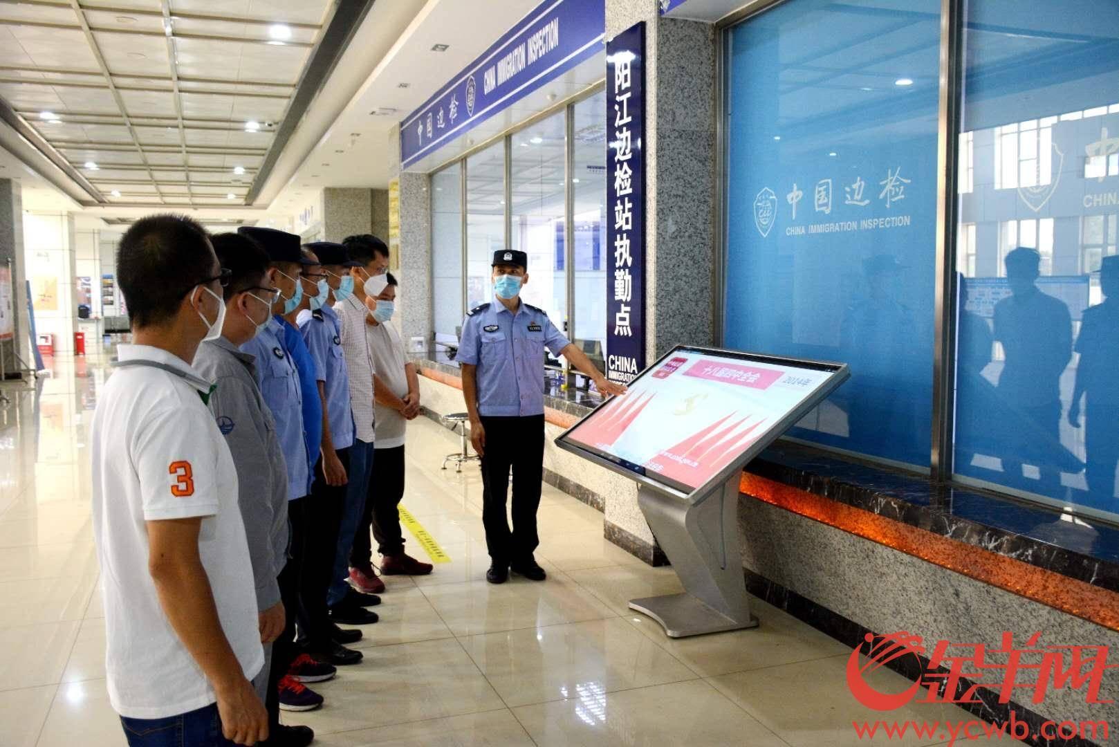 买普法最后一公里!阳江边检民警为码头工人讲解《民法典》