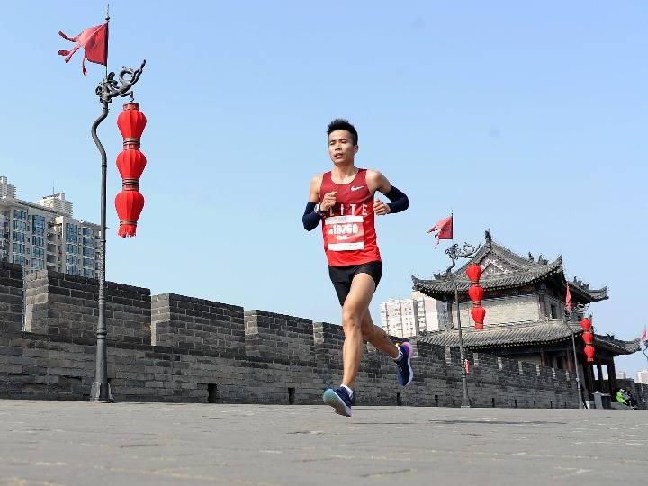 西安城墙国际马拉松赛吸引近5万