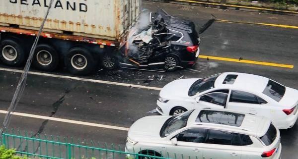 恒达官网上海一小客车追尾集卡:几乎只剩尾部,小客车驾驶员当场死亡 (图1)