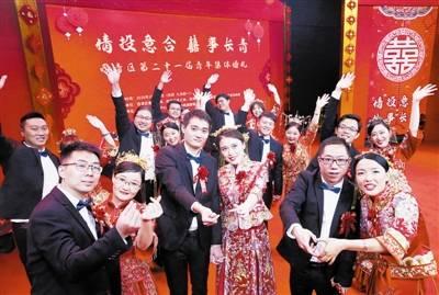 """脱""""战袍""""换婚装 抗疫新人举行集体婚礼"""