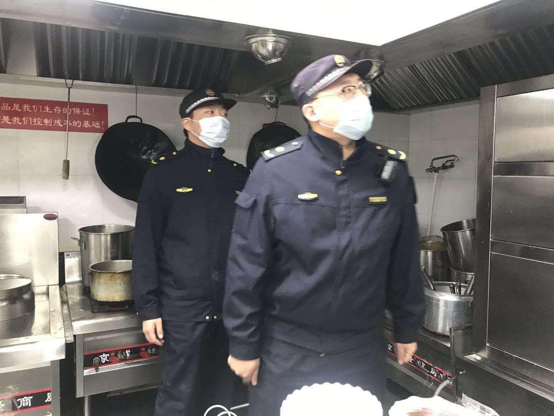 保证用气安全来广营综合执法队对餐饮企业开展用气检查