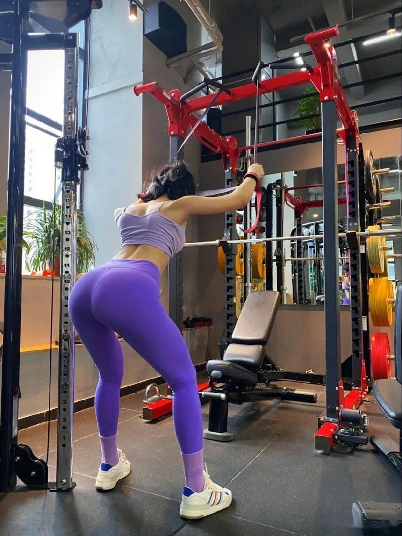 健身房性感老板娘,甜美颜值野性身材,网友:惊了惊了