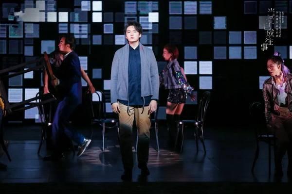 李宗盛音乐剧《当爱已成往事》杭州站首演,全场合唱《山丘》