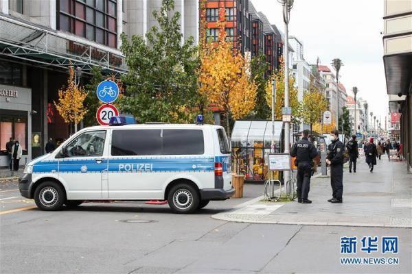 德国新冠死亡超万例 警方监督行人戴口罩
